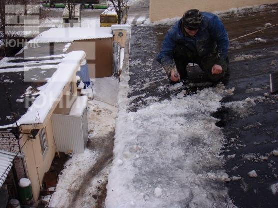 Уборка снега с крыш услуги