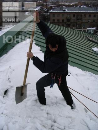 Работы по очистке кровли от снега