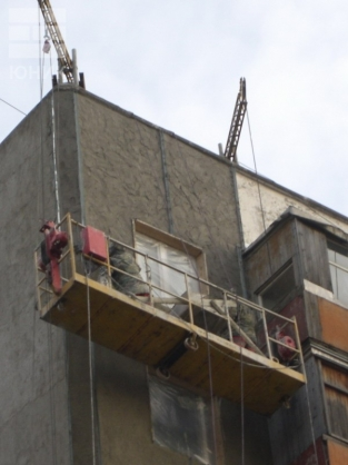 Заделка швов потолка на балконе